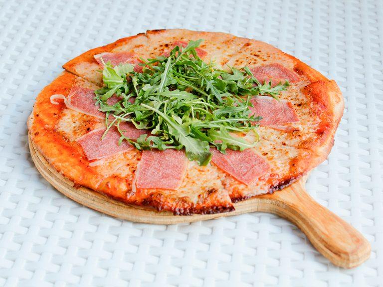 Pizza-prosciutto,-arugula-y-aceite-de-trufa